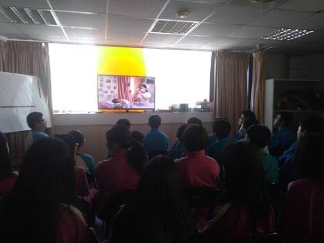 創世工作人員向學生介紹創世基金會的創會理念。