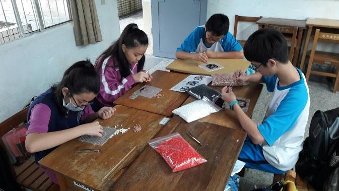 結合學校課程,在課堂上製作拼豆。