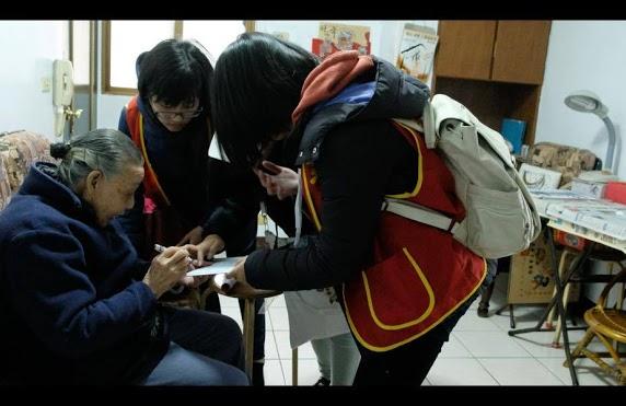 學生不僅僅只是送年菜,還與長者互動。