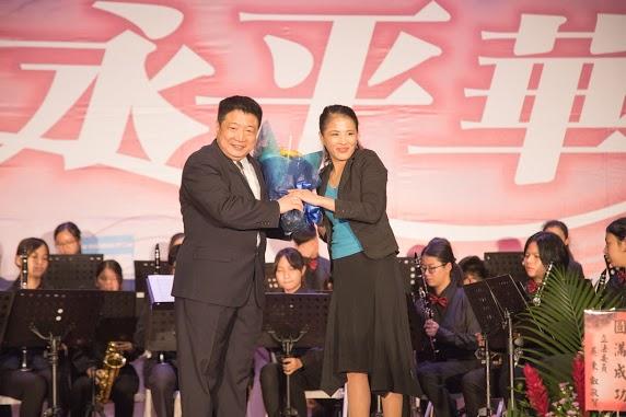 上圖為第四屆後援會會長陳美蓁與管樂教練高正賢合照